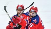 Хоккеисты ЦСКА Сергей Андронов (слева) и Богдан Киселевич