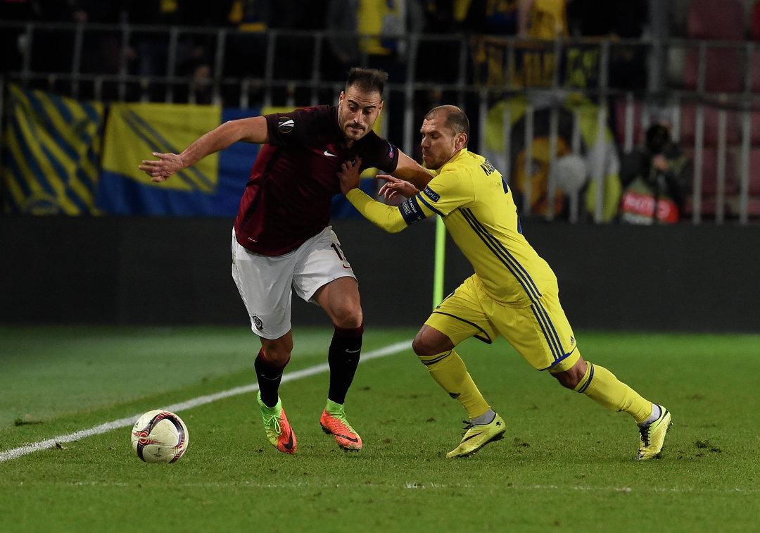 Нападающий Спарты Нестор Альбьяк (слева) и полузащитник Ростова Тимофей Калачев