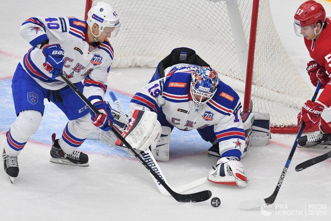 Форвард СКА Евгений Кетов, вратарь СКА Микко Коскинен и нападающий Витязя Артём Швец-Роговой (слева направо)