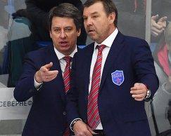 Главный тренер СКА Олег Знарок (справа) и старший тренер СКА Харийс Витолиньш