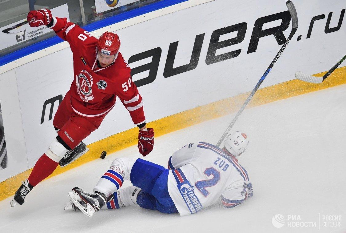 Нападающий Витязя Иван Яценко (слева) и защитник СКА Артём Зуб