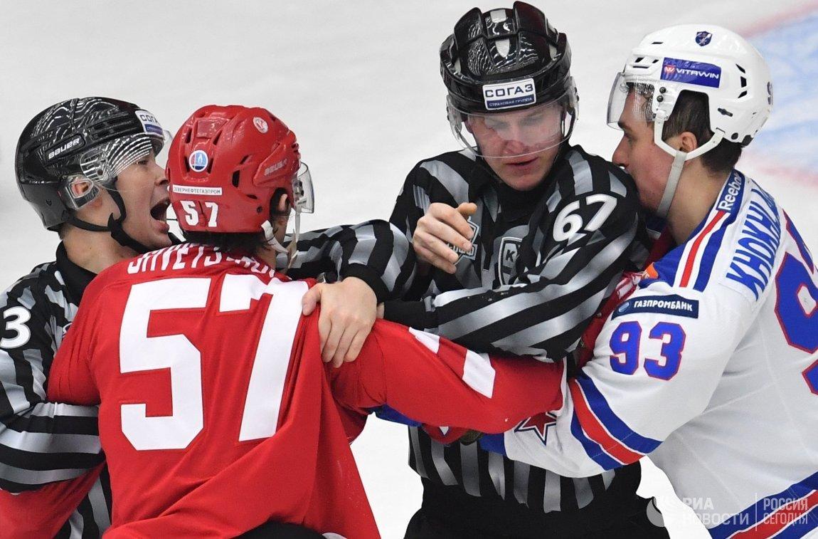 Форвард Витязя Артём Швец-Роговой (слева) и нападающий СКА Александр Хохлачёв