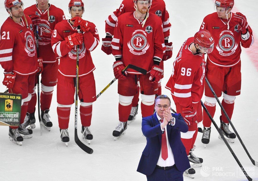 Главный тренер Витязя Валерий Белов (на первом плане) и хоккеисты Витязя
