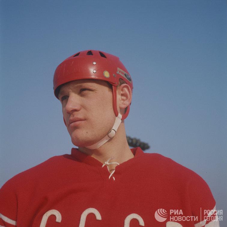 Нападающий сборной команды СССР по хоккею Владимир Петров