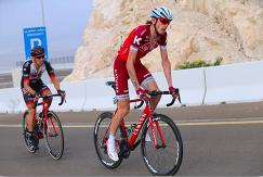 Российский велогонщик швейцарской команды Katusha-Alpecin Ильнур Закарин (справа) во время выступления на Туре Абу-Даби в феврале 2017 года