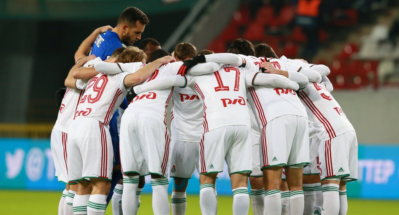 Футболисты Локомотива перед началом матча