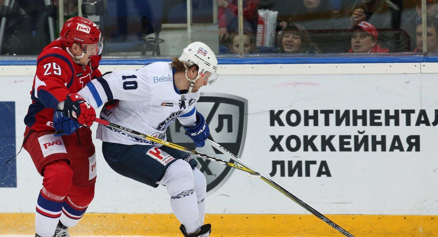 Форварды ХК Локомотив Егор Аверин (слева) и ХК Динамо (Минск) Мэтт Эллисон