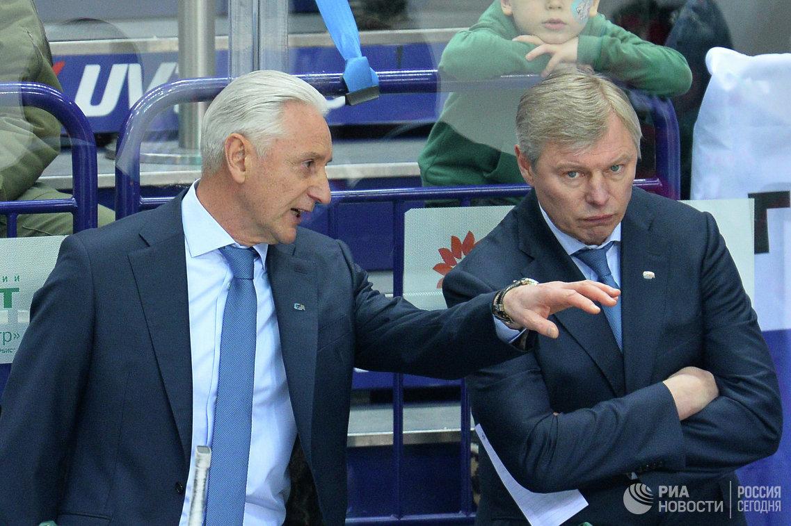 Главный тренер Ак Барса Зинэтула Билялетдинов (слева) и старший тренер ХК Ак Барс Александр Смирнов
