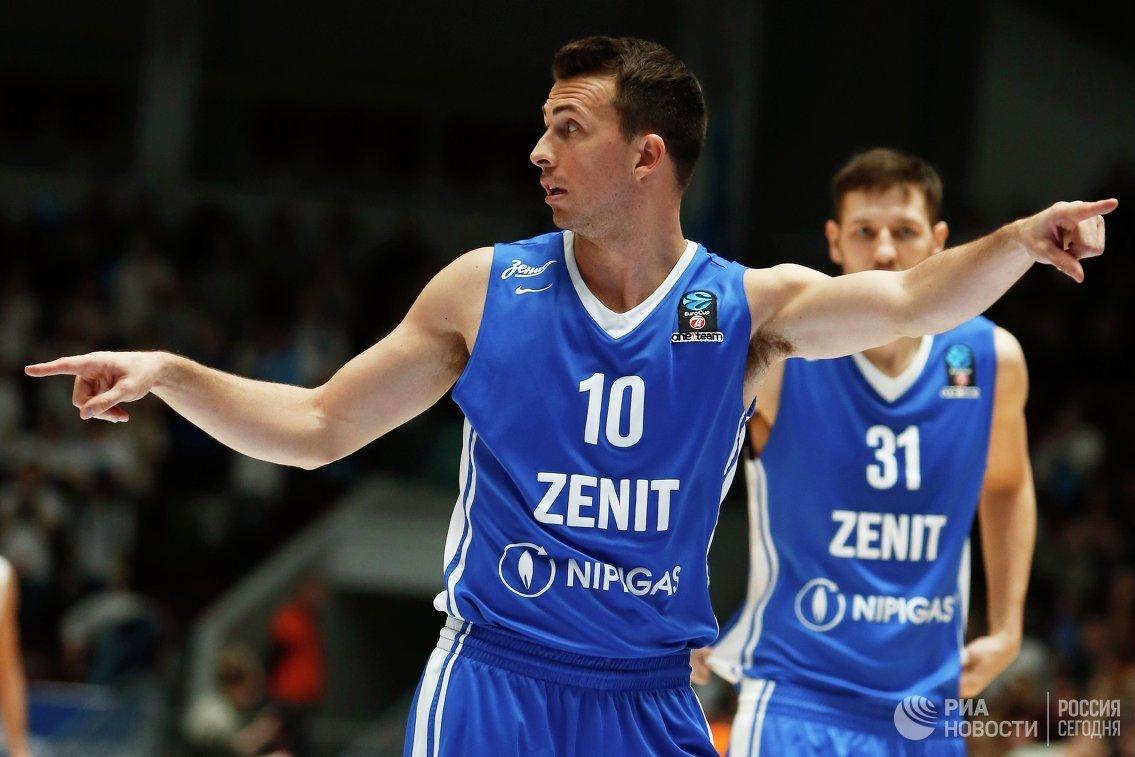 Защитник БК Зенит Райан Тулсон (слева)