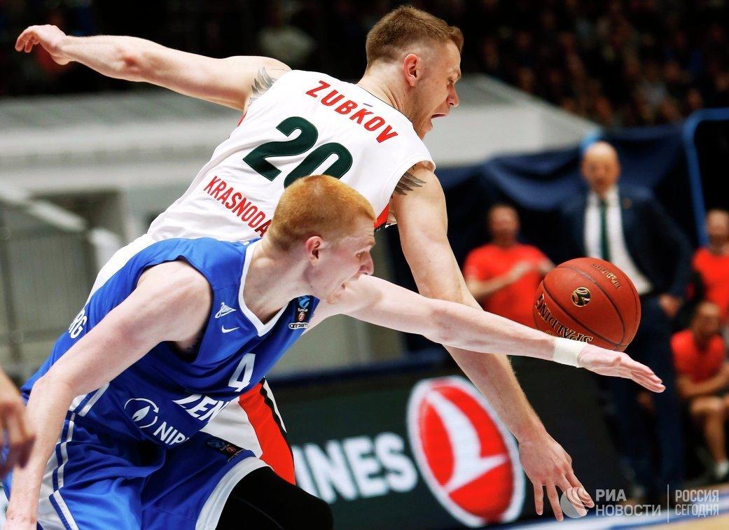 Форвард БК Зенит Аарон Уайт (слева) и форвард БК Локомотив-Кубань Андрей Зубков