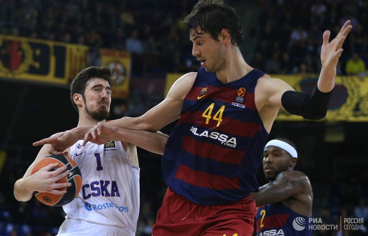 Защитник ПБК ЦСКА Нандо де Коло и баскетболисты Барселоны Анте Томич и Тайриз Райс (слева направо)