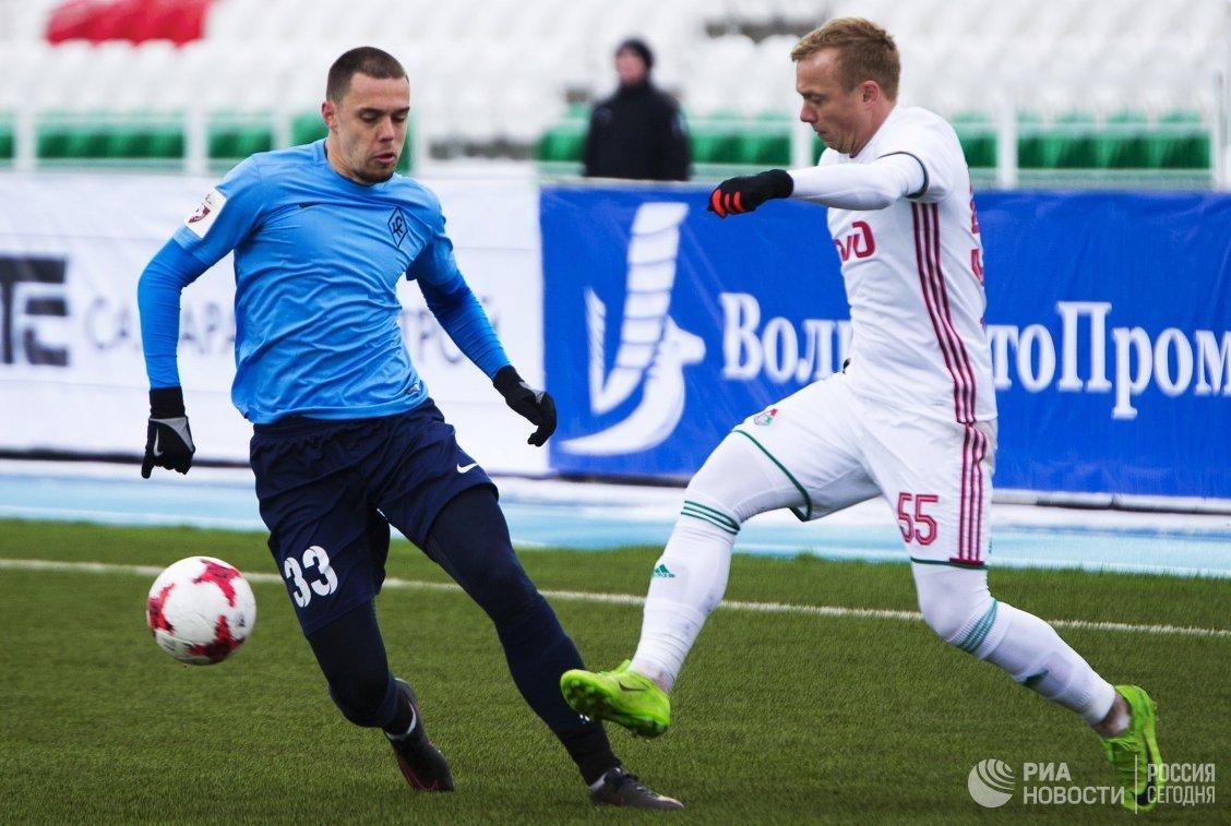 Защитник Крыльев Советов Милан Родич (слева) и защитник Локомотива Ренат Янбаев