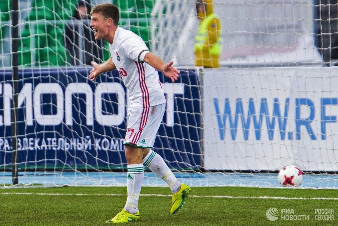 Полузащитник Локомотива Игорь Денисов радуется забитому голу
