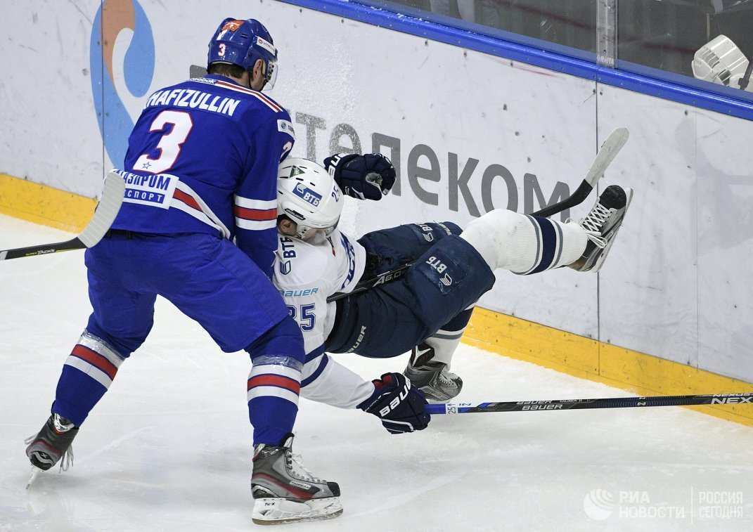 Защитник ХК СКА Динар Хафизуллин (слева) и нападающий ХК Динамо Ансель Галимов