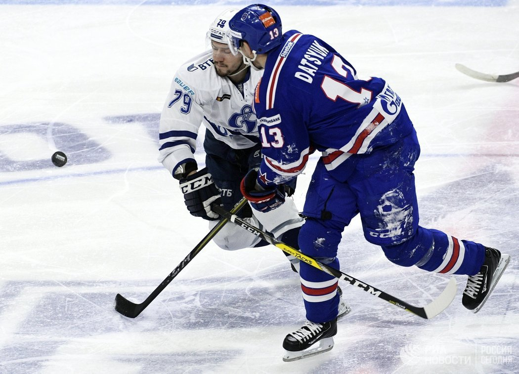 Нападающие ХК СКА Павел Дацюк (справа) и ХК Динамо Даниил Тарасов