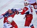 Нападающие ПХК ЦСКА Ян Муршак и ХК Локомотив Павел Красковский (справа)