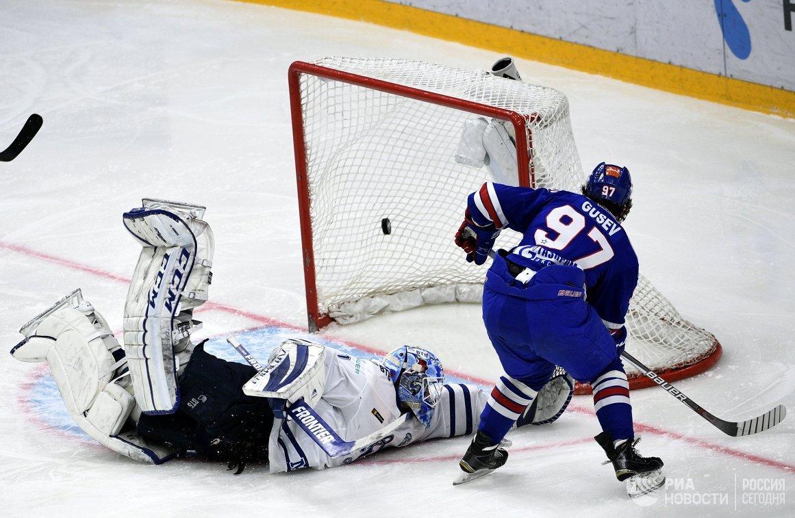 Нападающий ХК СКА Никита Гусев (справа) и вратарь ХК Динамо Александр Ерёменко