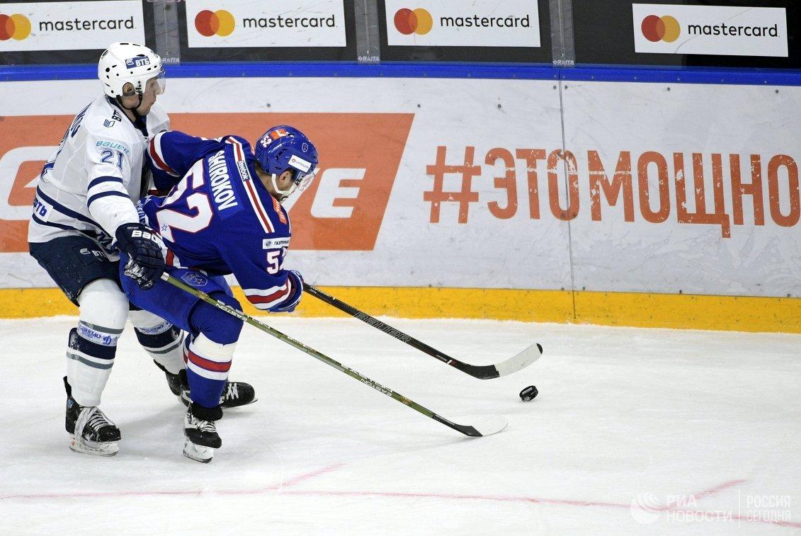 Нападающие ХК СКА Сергей Широков (справа) и ХК Динамо Константин Горовиков