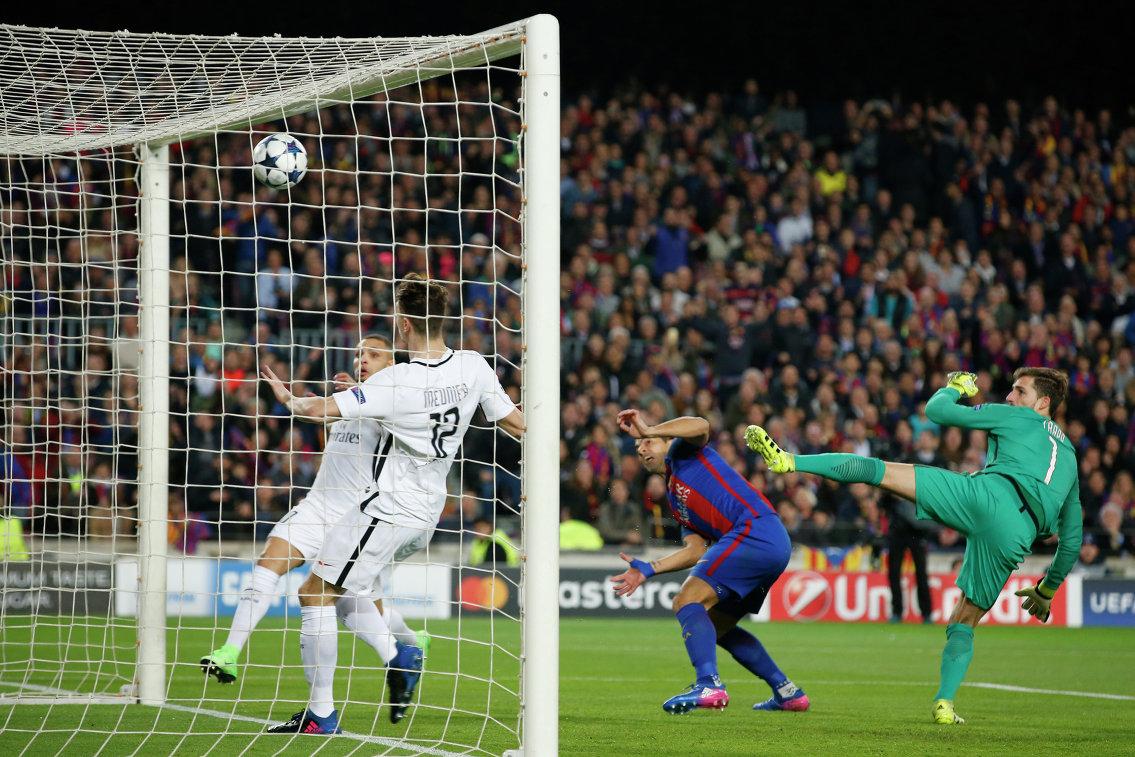 Нападающий Барселоны Луис Суарес (второй справа) забивает гол в ворота ПСЖ