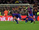 Футболисты Барселоны полузащитник Серхи Роберто, нападающие Неймар и Луис Суарес (справа налево)