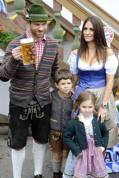 Полузащитник Баварии Хаби Алонсо с женой Нагоре Арамбуру и с детьми на Октоберфесте