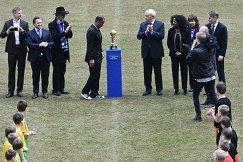 Бразильский футболист Кафу, губернатор Санкт-Петербурга Георгий Полтавченко и генеральный секретарь ФИФА Фатма Самура (в центре слева направо)
