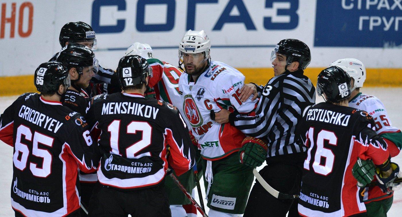 Игровой момент матча КХЛ Авангард - Ак Барс