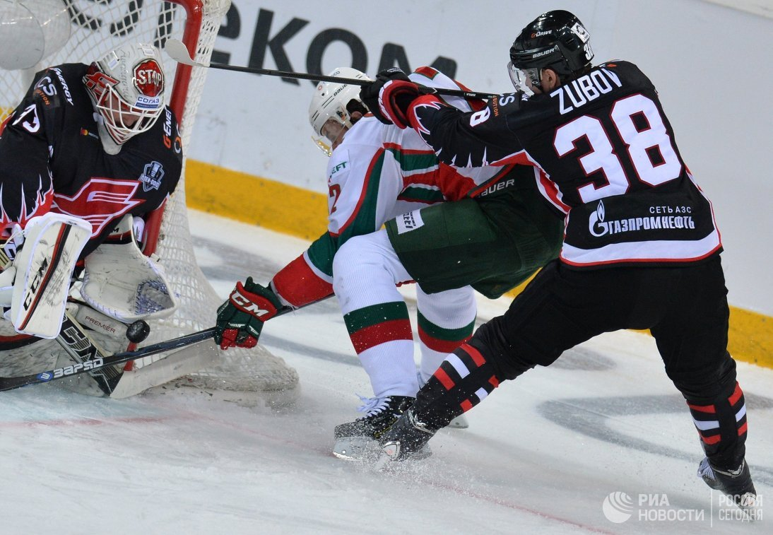 Форвард Авангарда Илья Зубов (справа)