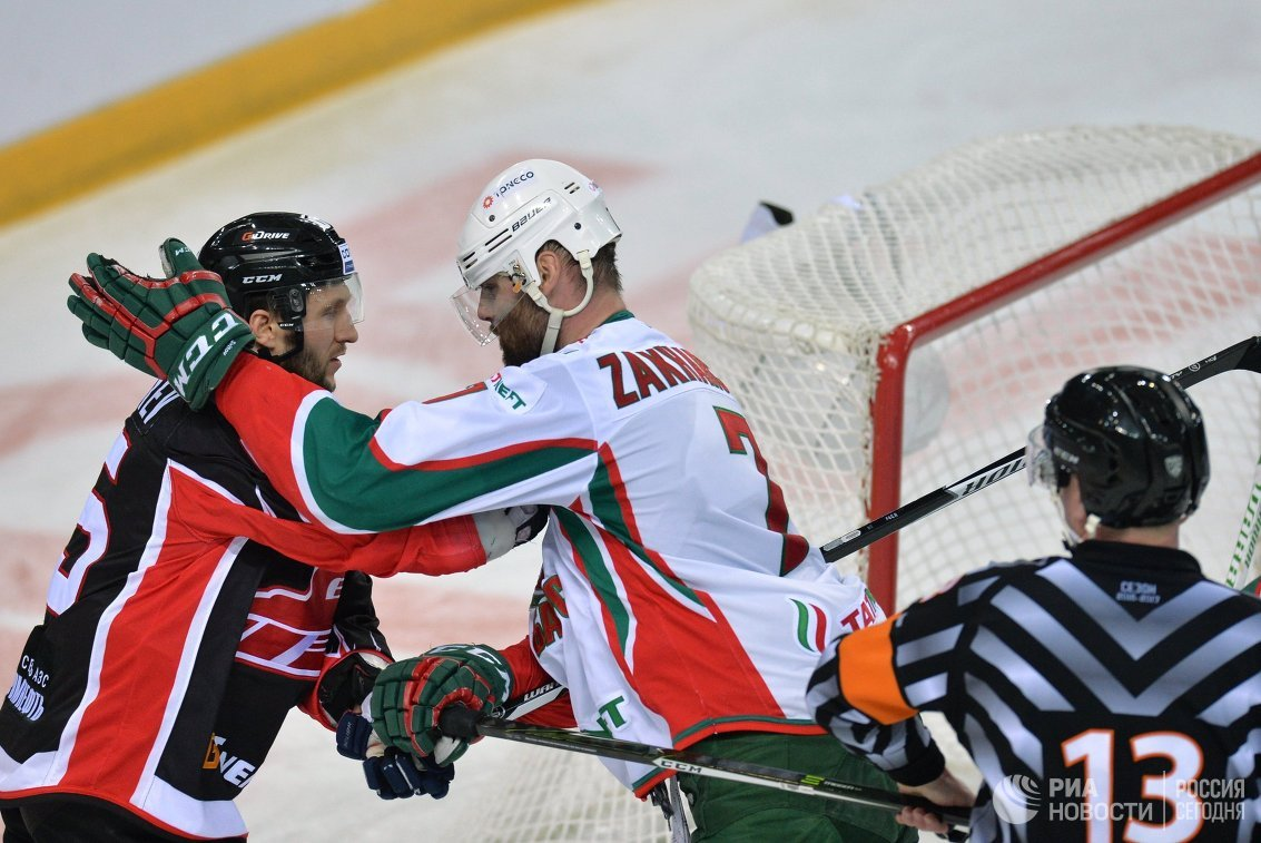 Защитники Авангарда Михаил Григорьев иАк Барса Степан Захарчук (слева направо)