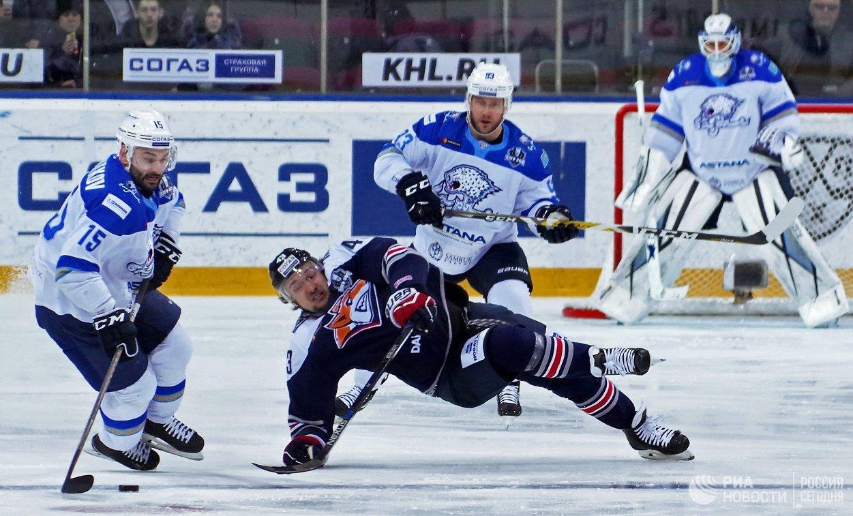 Форварды ХК Барыс Максим Худяков и ХК Металлург Ян Коварж (первый и второй слева)