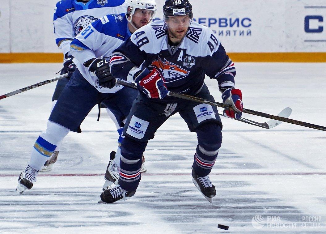 Защитник ХК Металлург Евгений Бирюков (справа) и форвард ХК Барыс Константин Пушкарёв