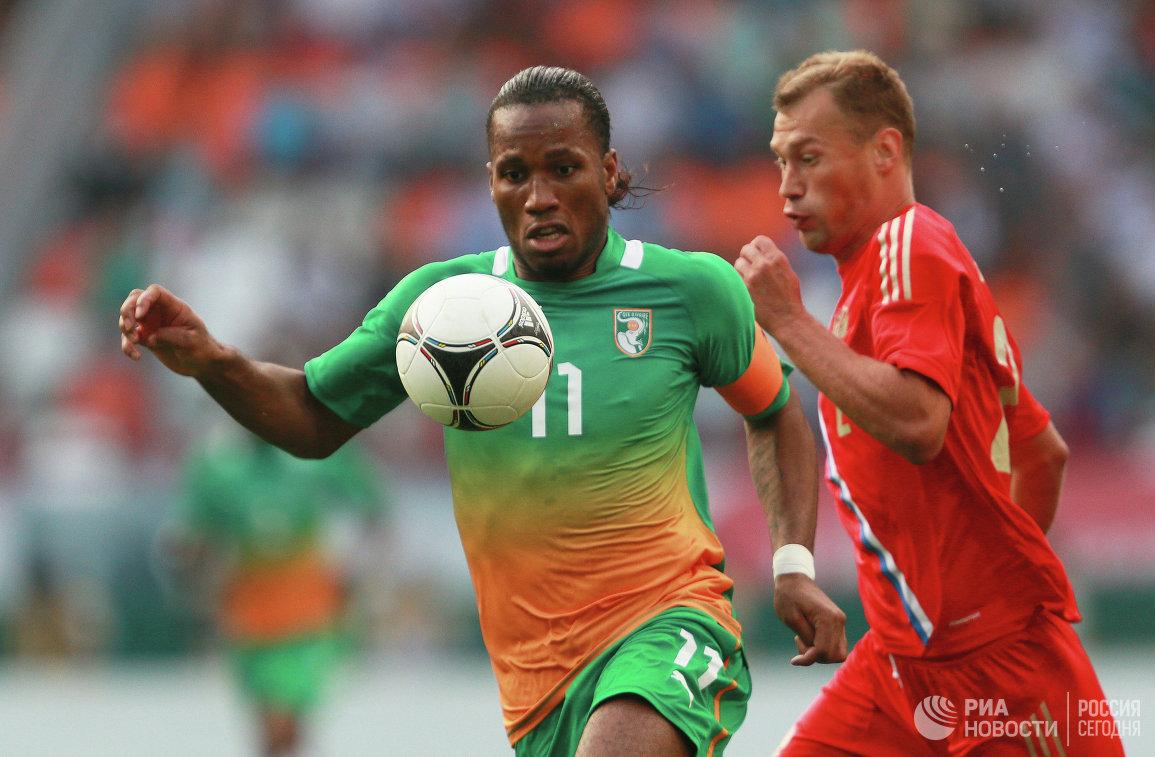 Нападающий Кот д'Ивуара Дидье Дрогба (слева) и защитник сборной России Василий Березуцкий