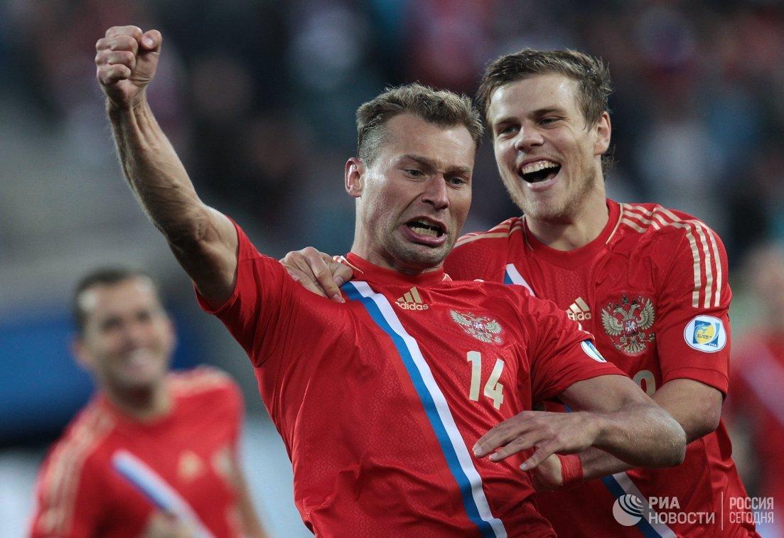 Игроки сборной России Василий Березуцкий и Александр Кокорин (слева направо)