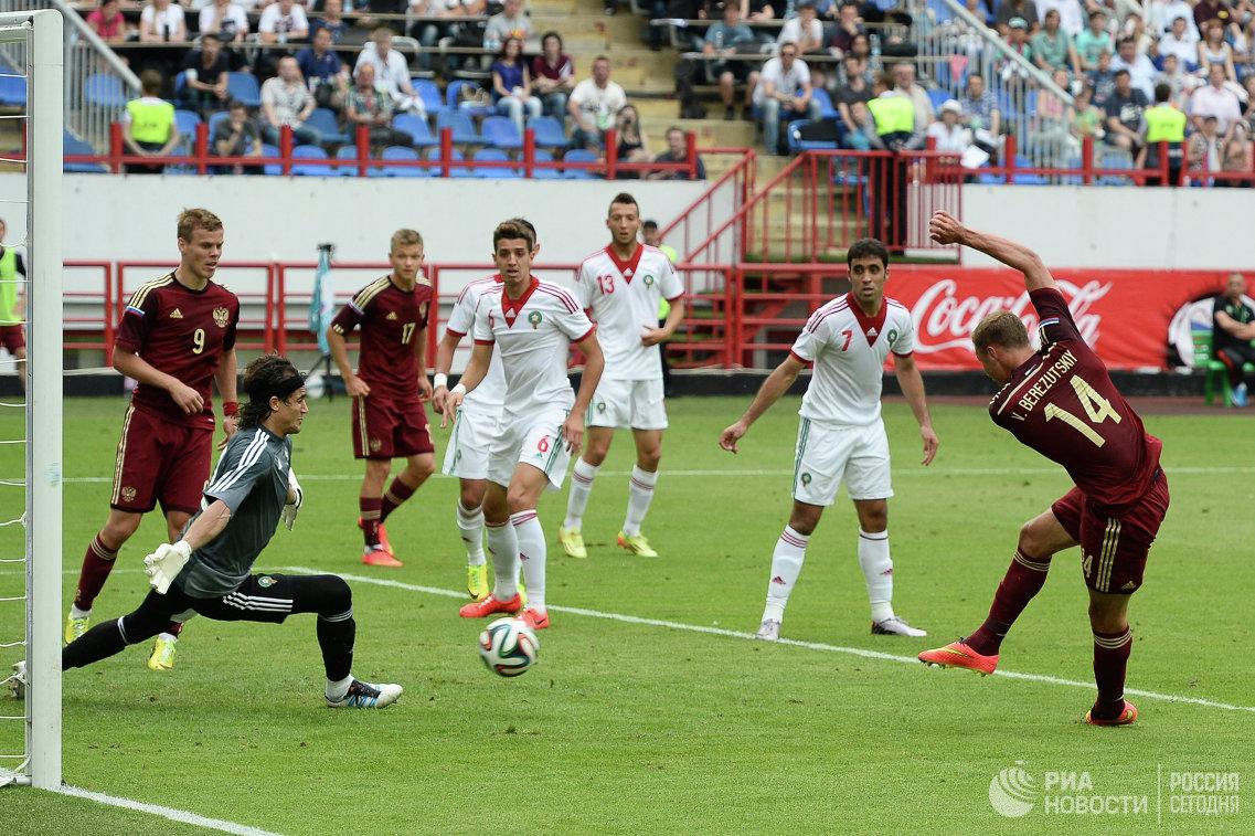 Вратарь сборной Марокко Карим Фегруш (слева) и защитник сборной России Василий Березуцкий (справа)