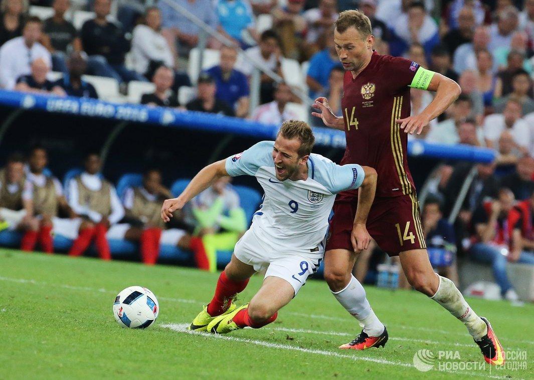 Нападающий сборной Англии Харри Кейн (слева) и защитник сборной России Василий Березуцкий