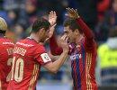Футболисты ЦСКА Алан Дзагоев (слева) и Алексей Ионов радуются забитому мячу