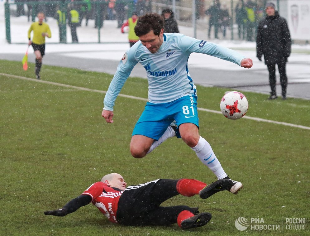 Защитник ФК Зенит Юрий Жирков (справа)