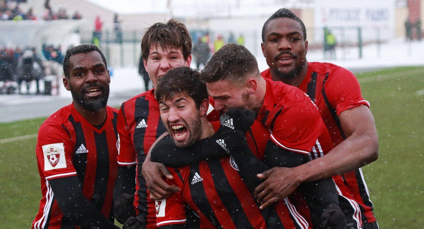 Футболисты Амкара радуются забитому мячу