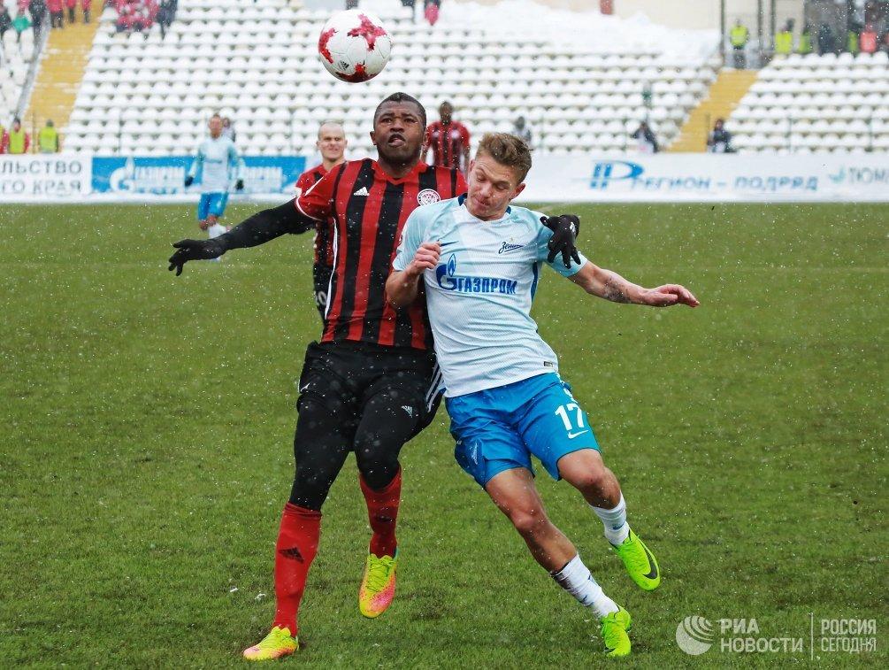 Защитник ФК Амкар Секу Конде (слева) и полузащитник ФК Зенит Олег Шатов