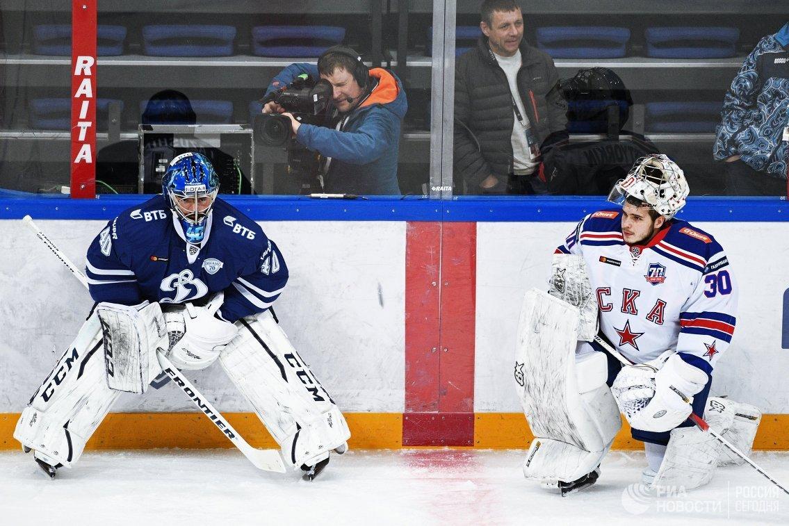 Вратарь Динамо Александр Лазушин (слева) и вратарь СКА Игорь Шестеркин