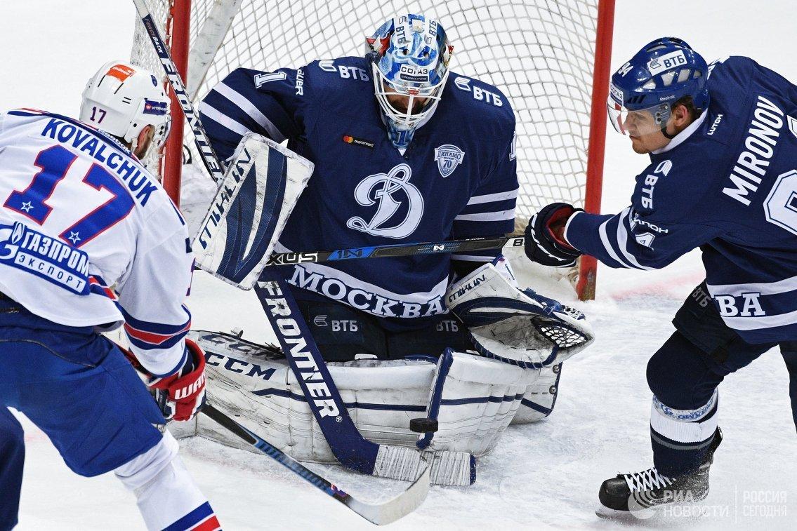 Нападающий СКА Илья Ковальчук, вратарь Динамо Александр Еременко и защитник Динамо Андрей Миронов (слева направо)