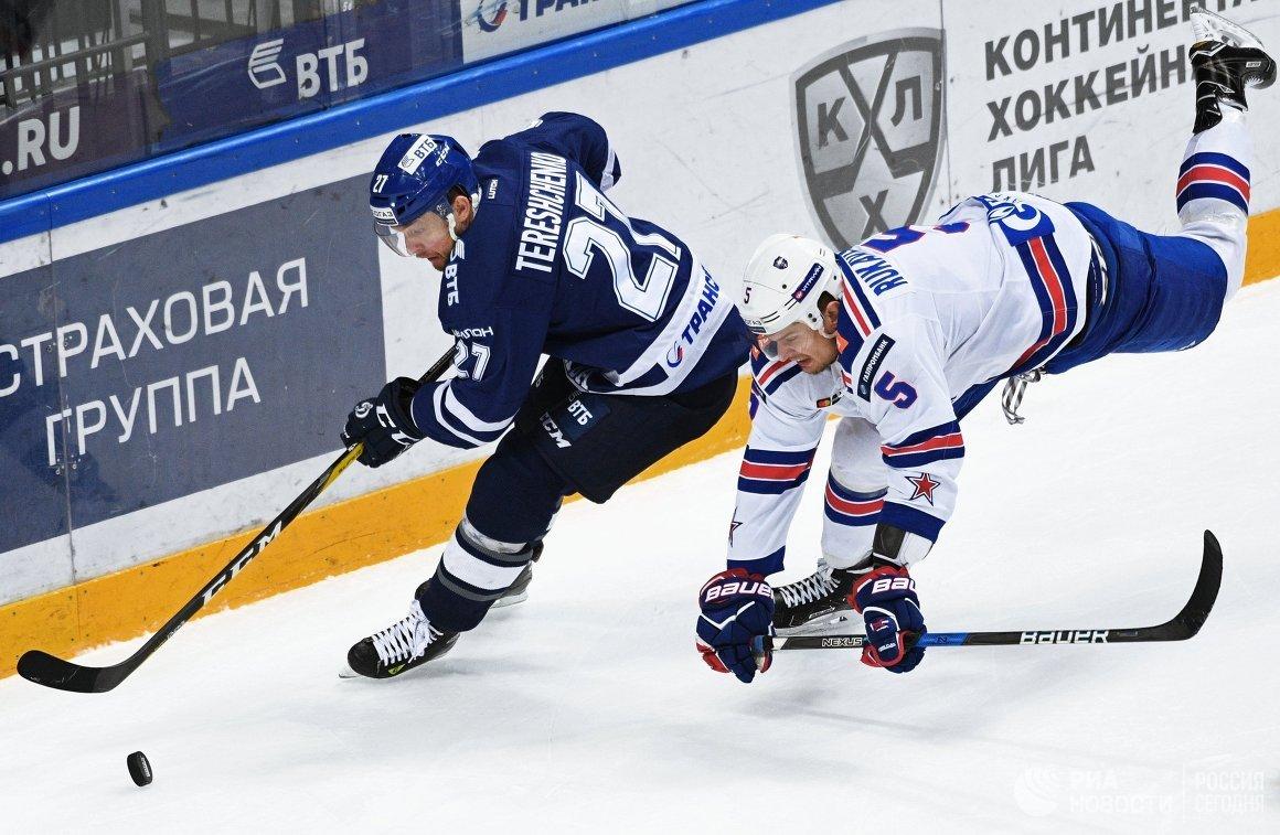 Нападающий Динамо Алексей Терещенко (слева) и защитник СКА Роман Рукавишников