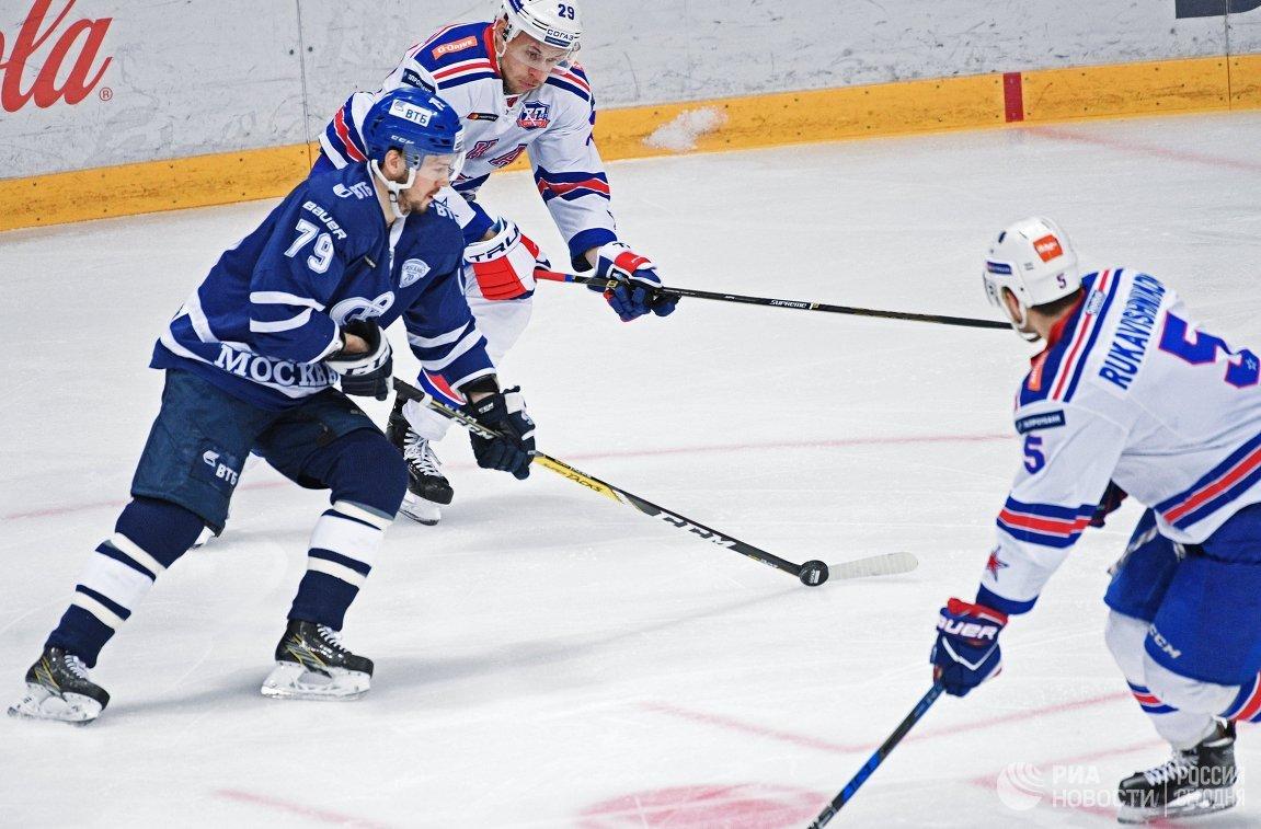 Нападающие Динамо Даниил Тарасов и СКА Илья Каблуков (слева направо)