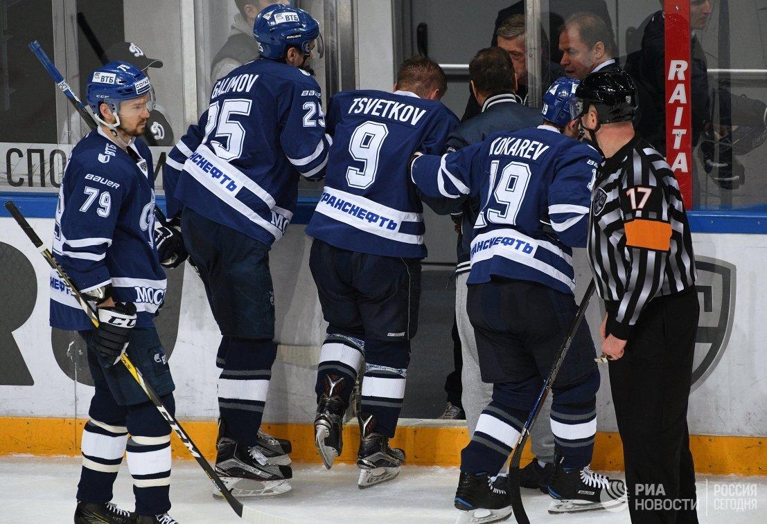 Нападающий Динамо Алексей Цветков (в центре)
