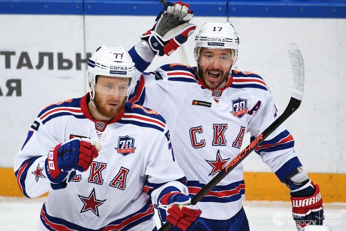 Хоккеисты СКА защитник Антон Белов (слева) и нападающий Илья Ковальчук