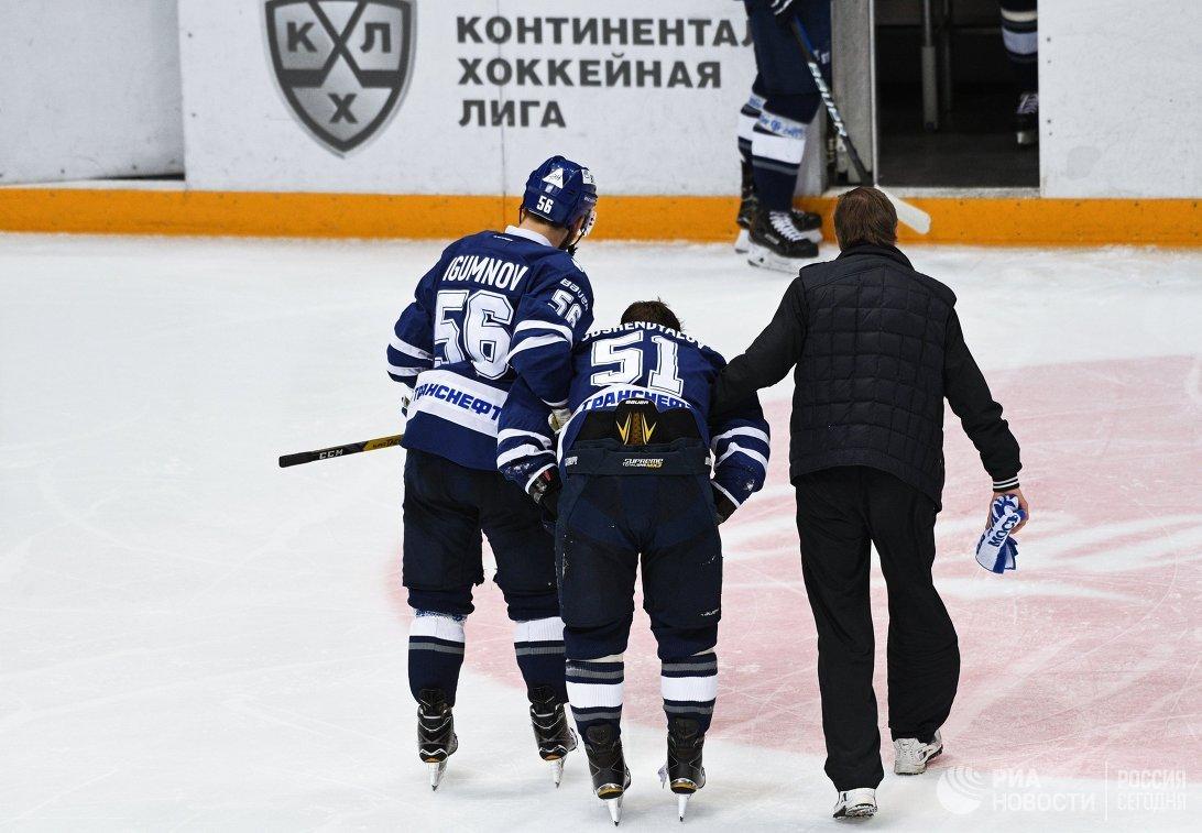Нападающий Динамо Артем Подшендялов (в центре)