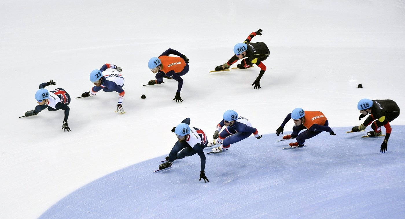 Шорт-трекисты в полуфинальном забеге эстафеты на 5000 метров среди мужчин на чемпионате Европы
