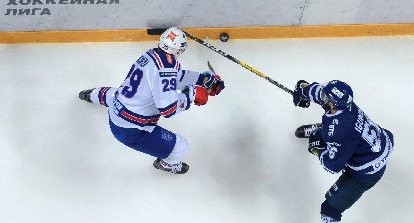 Нападающий СКА Илья Каблуков (слева) и форвард Динамо Иван Игумнов