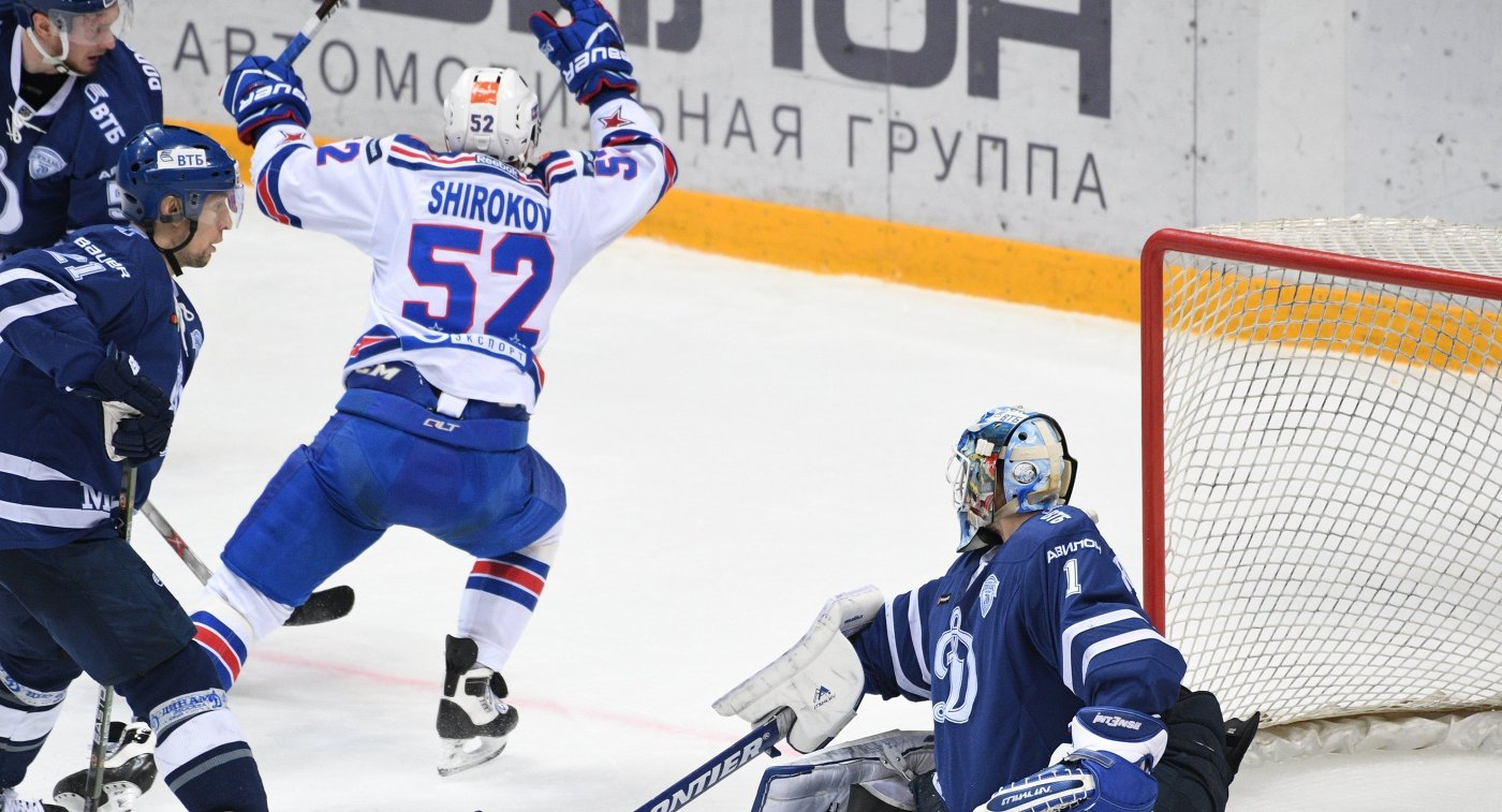 Вратарь Динамо Александр Ерёменко пропускает шайбу от форварда СКА Сергея Широкова (второй справа)