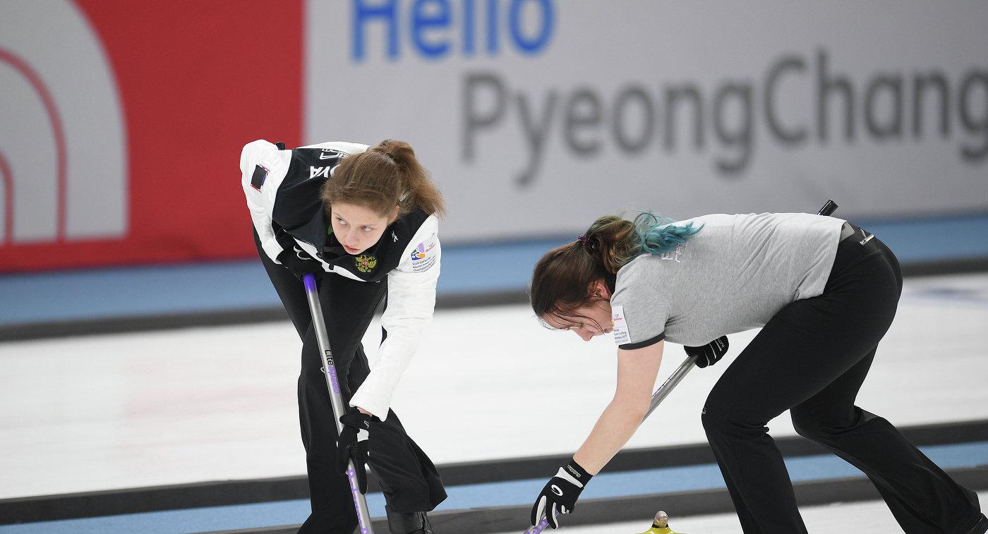 Российские керлингистки Дарья Морозова (слева) и Екатерина Кузьмина